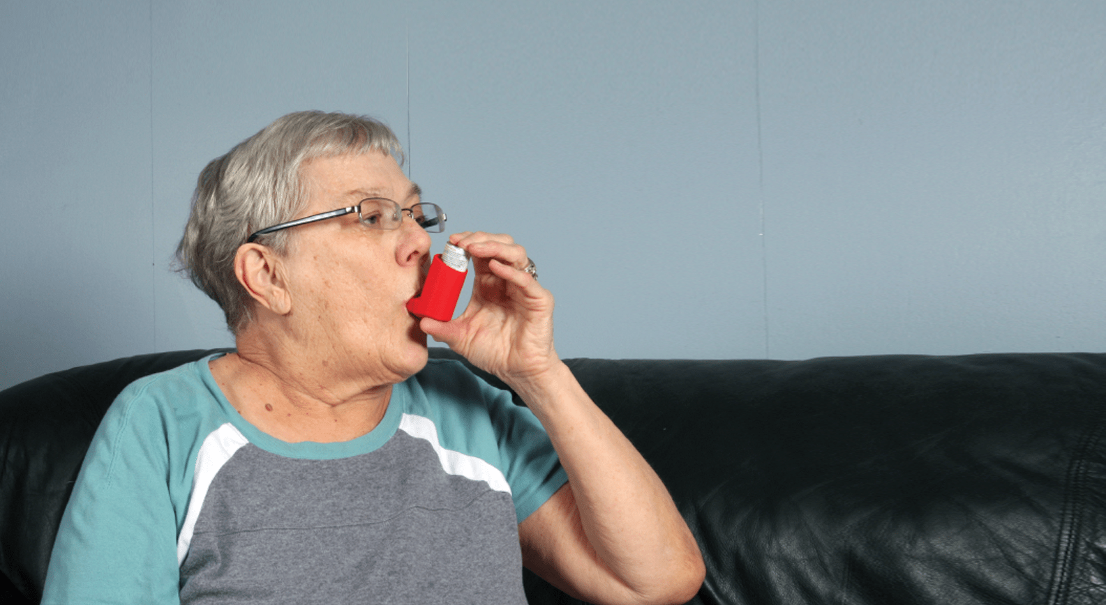 asthma-inhaler-elderly-woman