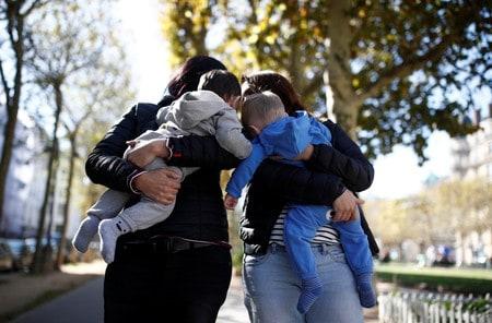 French bioethics body backs IVF for all women who want children