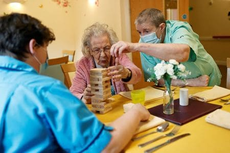 Volunteering Linked to Reduced Risk for Mortality in Seniors